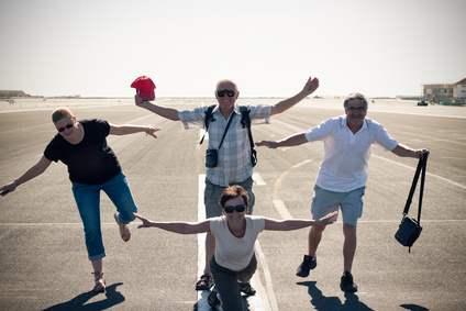 Menschen posieren auf der Landebahn des Flughafens Gibraltar
