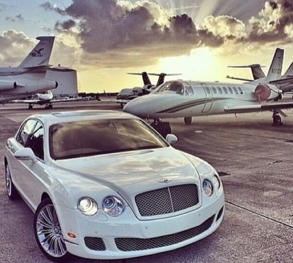 Bentley parkt vor Privatjet