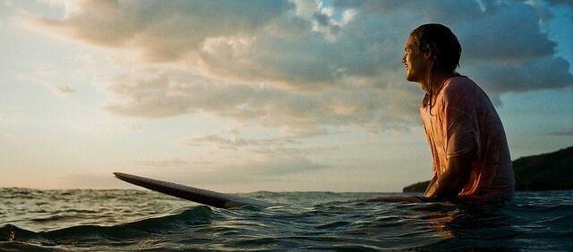 Surfer beim Paddeln im Meer