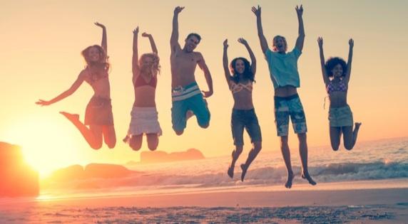 6 springende Urlauber am Strand