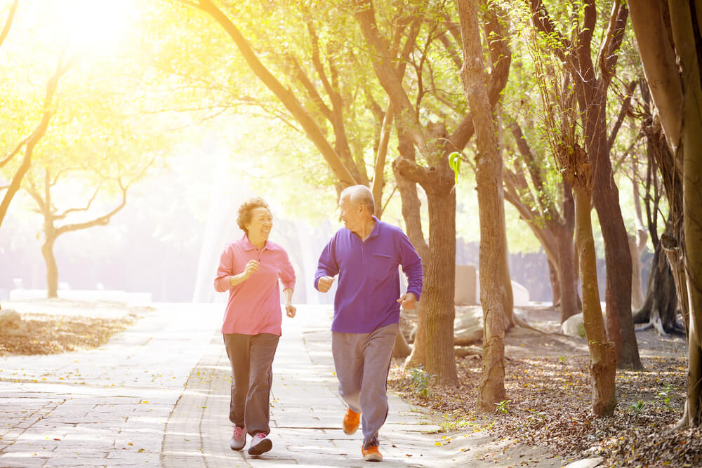 Äldre par som utövar i parken