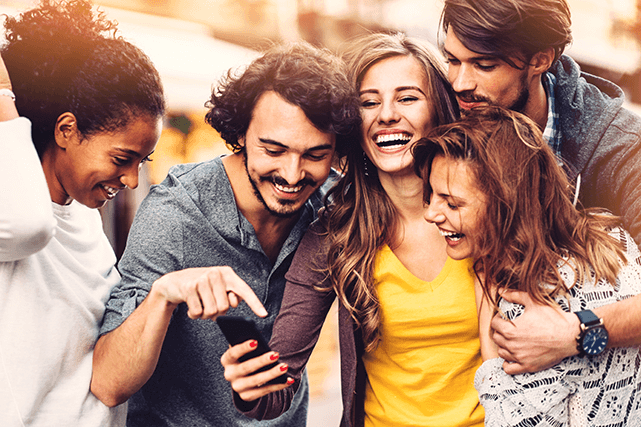 Grupo de amigos felizes verificar resultados de bolao em seu telefone celular
