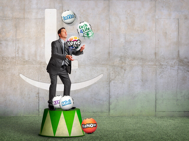 Man juggling balls with logos of daily lotteries from Lottoland