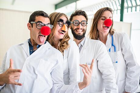 Quatro palhaços praticando terapia do riso