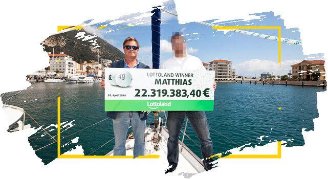 Matthias, ganhador na Loteria Alemã segura cheque com prêmio