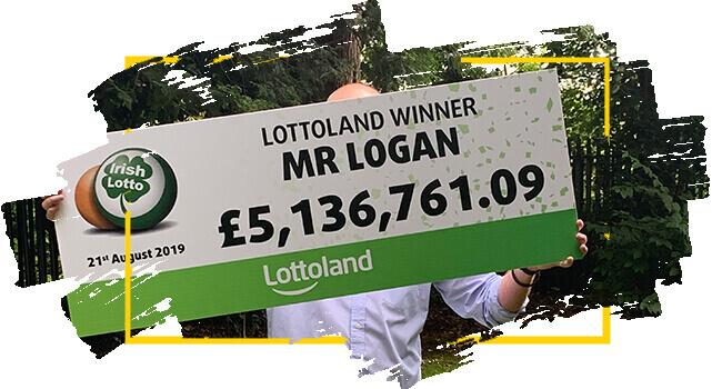 Logan, ganhador na Loteria Irlandesa segura cheque com prêmio