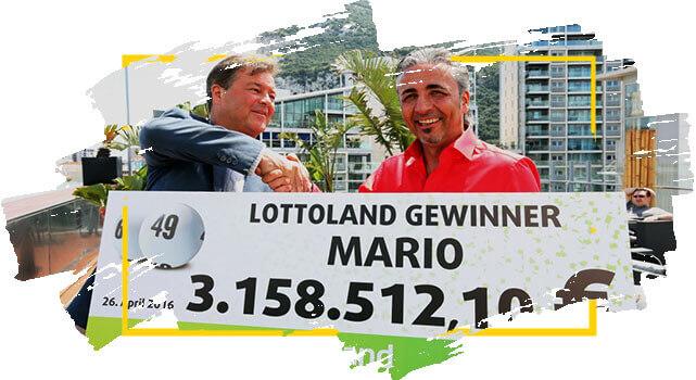 Mario, ganhador na Loteria Alemã segura cheque com prêmio