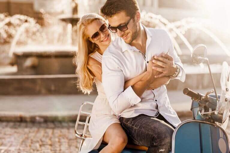 Par på en vespa i Italien efter lottovinst