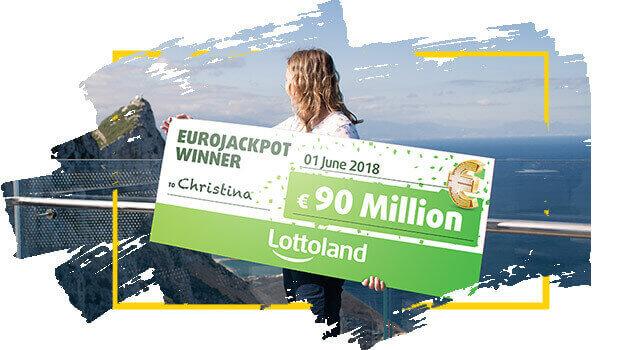 Kvinna håller upp sin jackpottvinst från Lottoland.