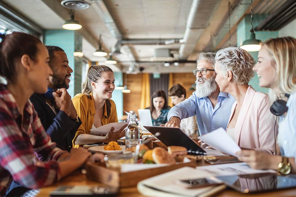 Arbeitskollegen sitzen zusammen, um die Regeln ihrer Spielgemeinschaft auszumachen