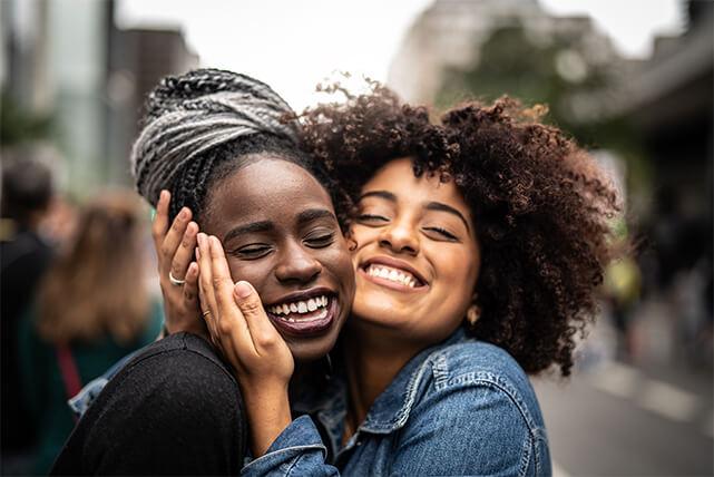 Två glada kvinnor