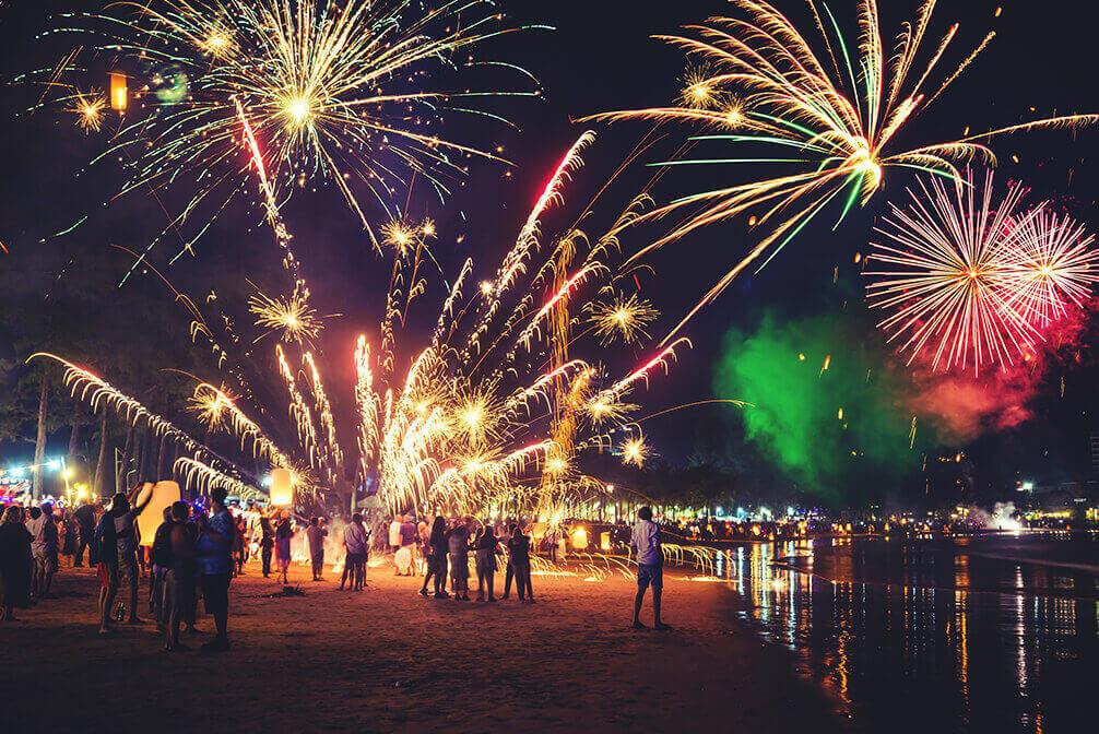 I Filippinerna firar man med högljudda fyrverkerier för att avfärda onda andar.
