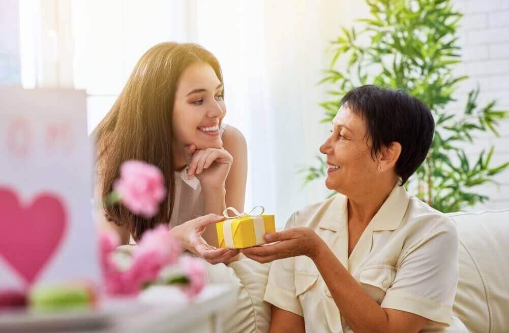 Filha dando um presente para a mãe