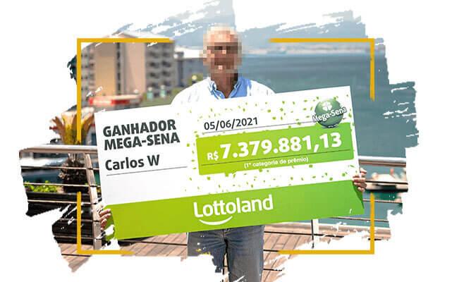O vencedor da Lottoland segura o cheque para seu primeiro prêmio da Mega-Sena no valor de mais de R$ 7 milhões.
